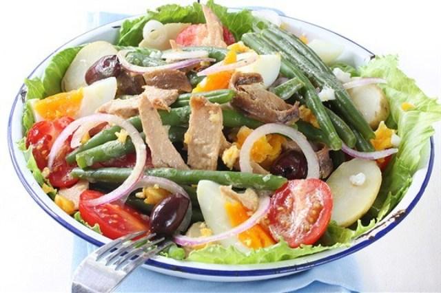 Салат с креветками и молодой фасолью под анчоусным маслом