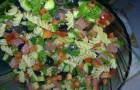 Салат с макаронами и лососем