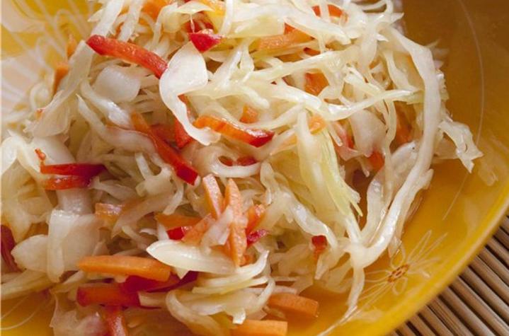 Салат с морковью, редисом и кунжутом