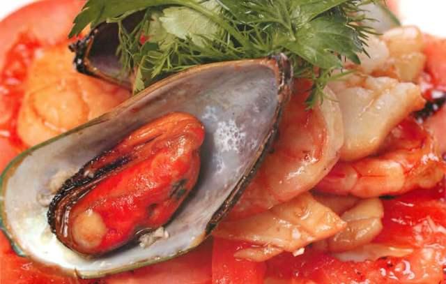 Севиче из морепродуктов с помидорами в кисло-сладком соусе
