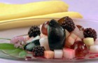 Сливочный соус с ежевикой и клубникой