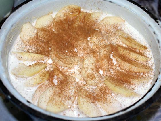 Сметанный соус с яблоками и корицей