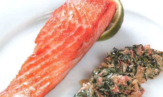 Стейк лосося с томленым шпинатом и беконом
