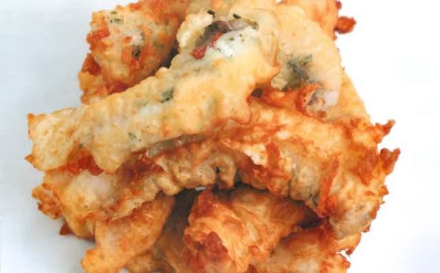 Судак в кляре с бочонками из картофеля в огуречном рассоле