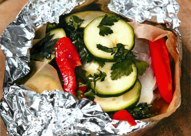 Судак, запеченный в конверте с овощами