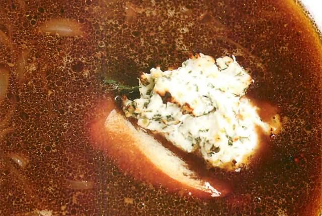 Суп из красного лука с крутонами и козьим сыром