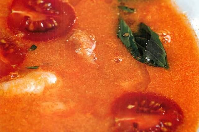 Суп из морепродуктов и томатов с пряными травами