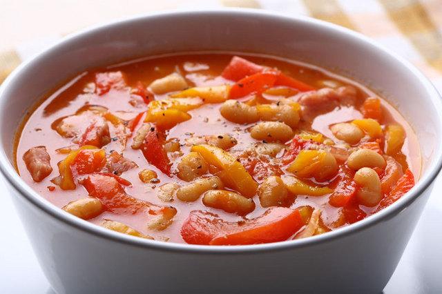 Суп-крем из красной фасоли с копченостями