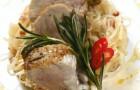 Свиная вырезка с тушеной капустой и соусом хрен