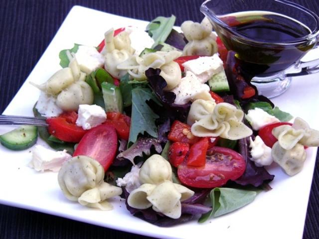 Теплые печеные овощи с козьим сыром
