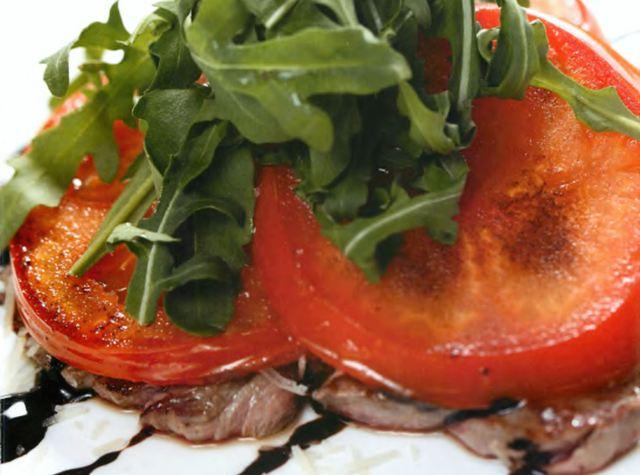 Теплый салат из говядины с помидорами-гриль
