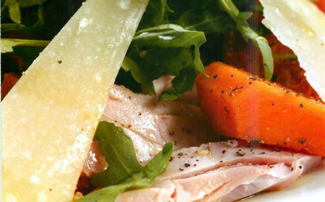 Теплый салат из печеной тыквы, прошутто и пекорино