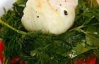 Теплый салат из сладких помидоров с яйцом-пашот