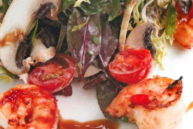 Теплый салат с креветками чили