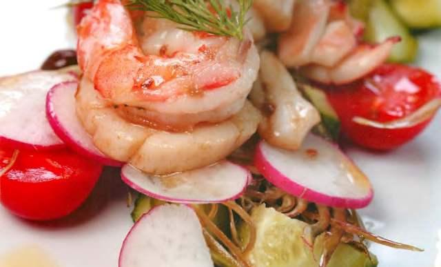 Теплый салат с морепродуктами, редисом и фенхелем