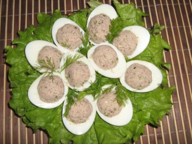 Яйца, фаршированные сайрой