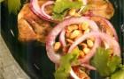 Язычки ягнят на гриле со сладким луком и кедровыми орехами