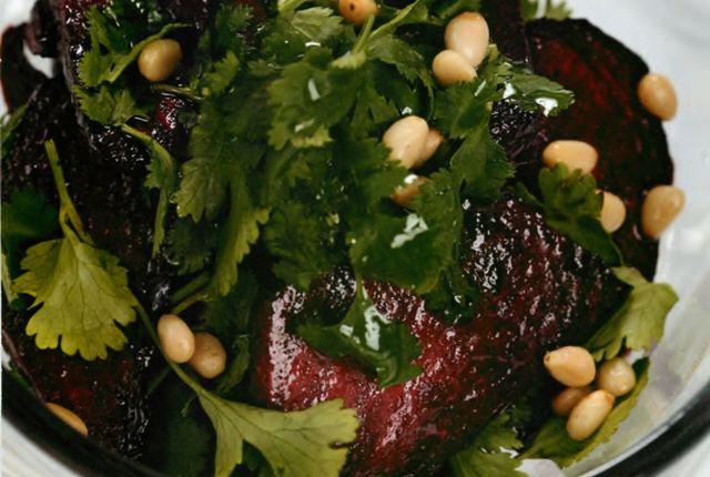 Запеченная свекла с кинзои и кедровыми орешками