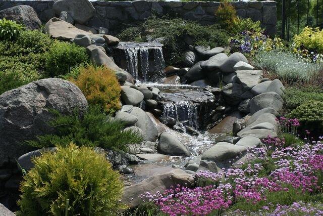 «Цветник около водоема»