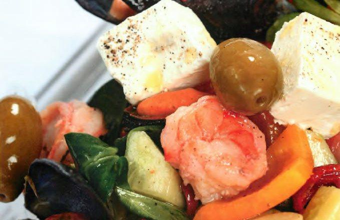 Греческий салат с морепродуктами и оливками каламата