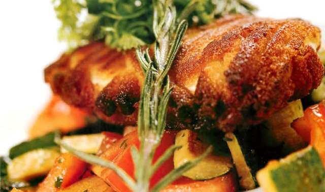 Куриный шницель с теплым салатом из молодых кабачков