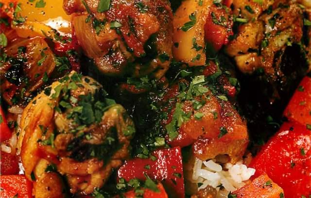 Курица, тушенная с овощами и зеленью на паровом рисе