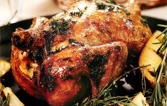 Курица, запеченная на бутылке целиком, отравами и специями