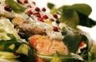 Листья салата с ломтиками куриной грудки под ореховым соусом