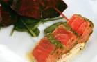 Маринованный лосось с печеной свеклой и сырным кремом