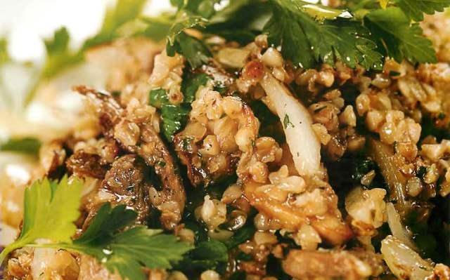 Мясо гуся, томленного с овощами и грибами, с гречневой кашей и зеленью