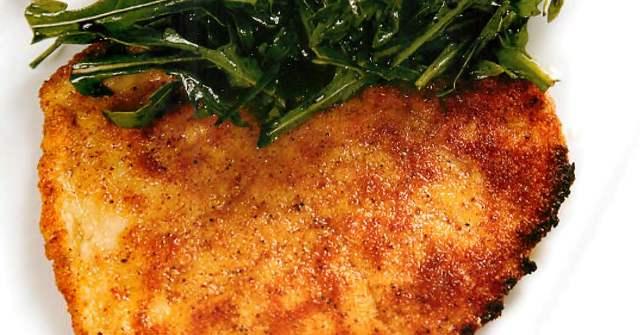 Отбивная из куриной грудки с салатом руккола