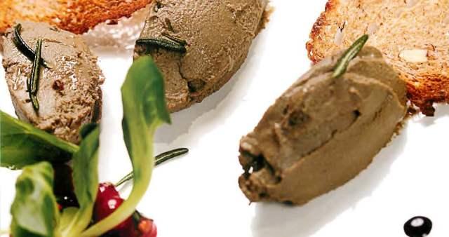 Паштет из куриной печени с моченой брусникой и снеками из бородинского хлеба