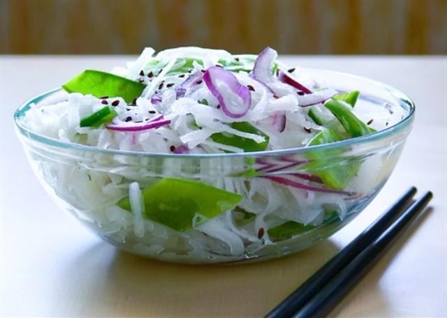Салат из дайкона с ростбифом