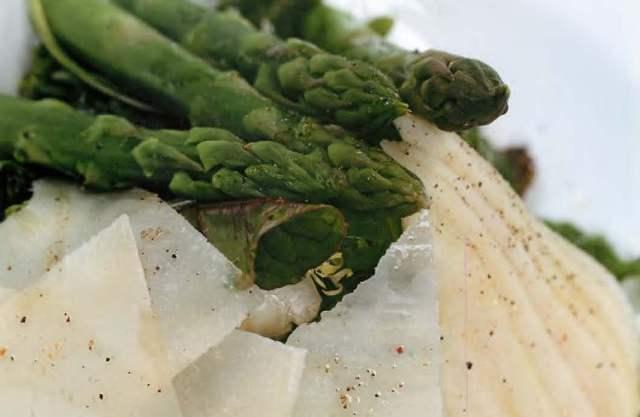 Салат из груши, спаржи и сыра пекорино