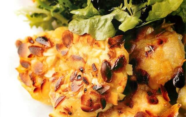 Салат из индейки с миндальной корочкой и хурмы