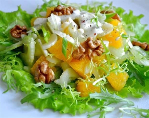 Салат из яблока, редиса и сельдерея с заправкой из йогурта