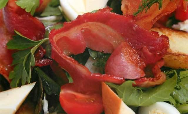 Салат с домашним сыром, панчеттой и перепелиным яйцом