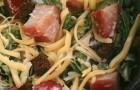Салат с копченой курицей и гренками под соусом с хреном