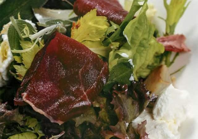 Салат с копченой олениной