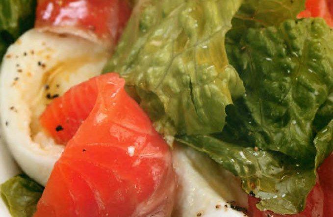 Салат с копченым лососем, моцареллой и лаймово-медовым соусом