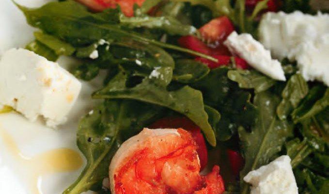 Салат с креветками и козьим сыром
