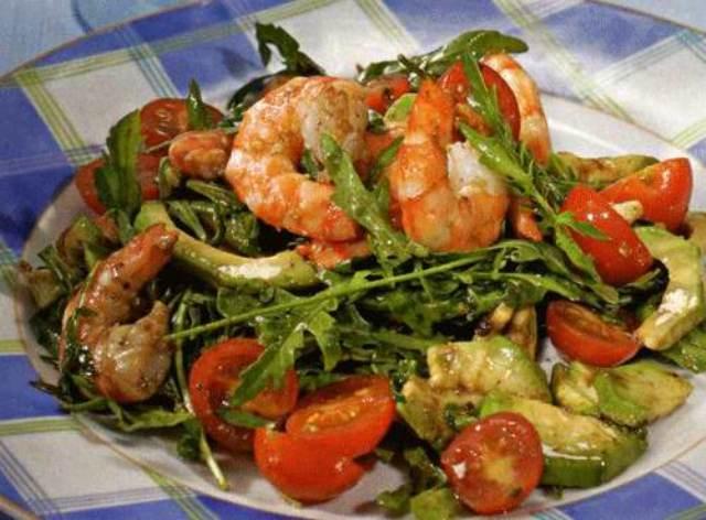 Салат с креветками, рукколой и авокадо