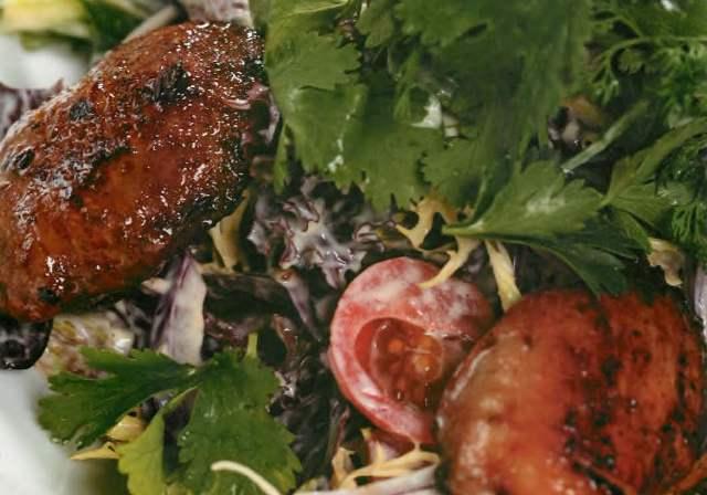 Салат с куриными бедрышками и печенью