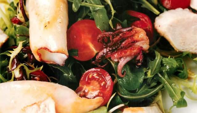 Салат с курицей и кальмаром, с кунжутной заправкой
