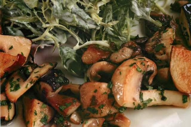 Салат с лесными грибами