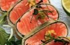 Салат с лососем в темпуре и сальсой из манго