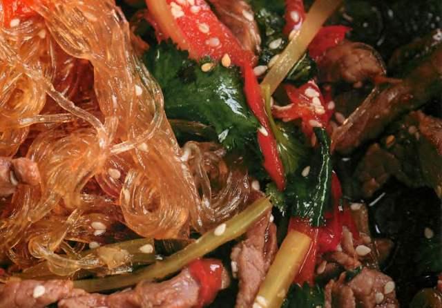 Салат с маринованном говядиной и японской лапшой