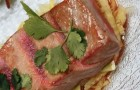 Салат с обжаренным тунцом на жюльене из огурцов