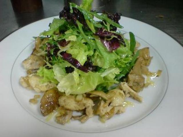 Салат с перепелкой, жареными грибами и спаржей