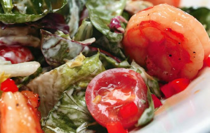 Салат с тигровыми креветками и перечным соусом